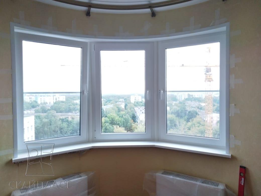Дом из кирпича с большими окнами